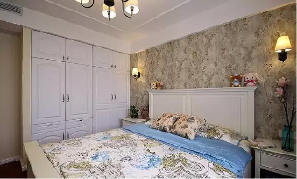 嵌入式的白色定制衣柜,使卧室精致、柔和。
