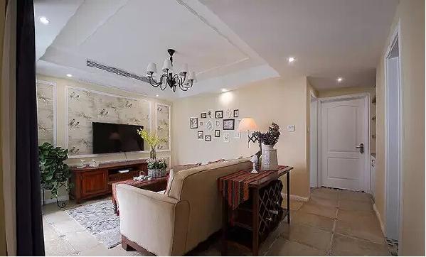 进门之后是一条走廊,客厅有一面大大的落地窗,让明媚的阳光能够一直  照到玄关。