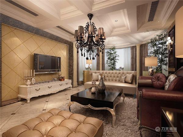 由客厅可以看出最明显的部分是靠窗的罗马柱式,其次是顶面的装饰吊顶,弧型和直线型完美结合突出欧式风格特点,其次是电视背景墙采用菱形黄色硬包,沙发采用白色和深红色搭配,整体更加和谐。