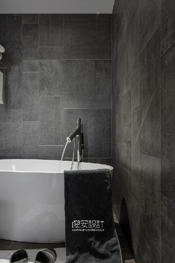 独立浴缸的墙体则做了木纹砖的设计,增加空间的层次。