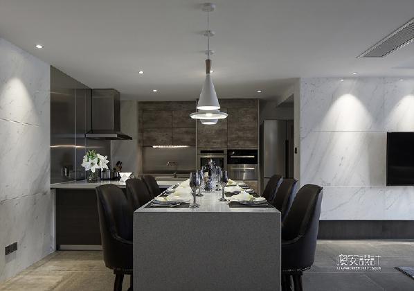 开敞式厨房的设计,使整个空间更加开敞,也很好的利用了自然采光。燃气灶等关键点位的墙面设计采用拉丝不锈钢,更易打扫保养。