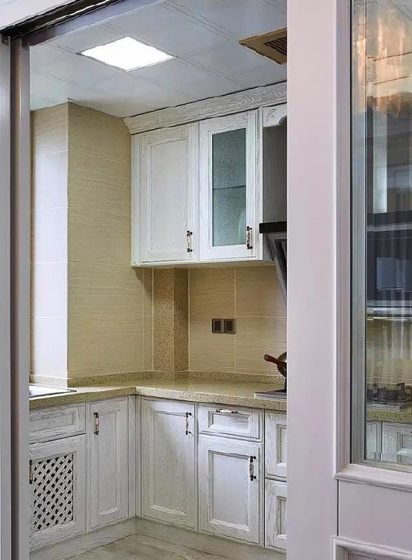 ▲ 厨房选用做旧白色木纹橱柜,清爽有质感