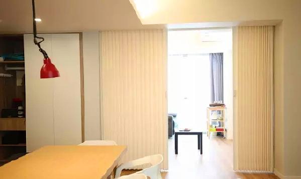 ▲ 餐厨和小客厅之间采用PVC折叠门隔断,可以随时开合,让空间功能有更多的可能性,同时也可以有效节能