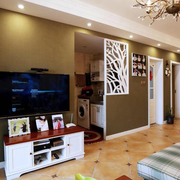 电视墙的壁纸延伸到了入户处,整体性很好。