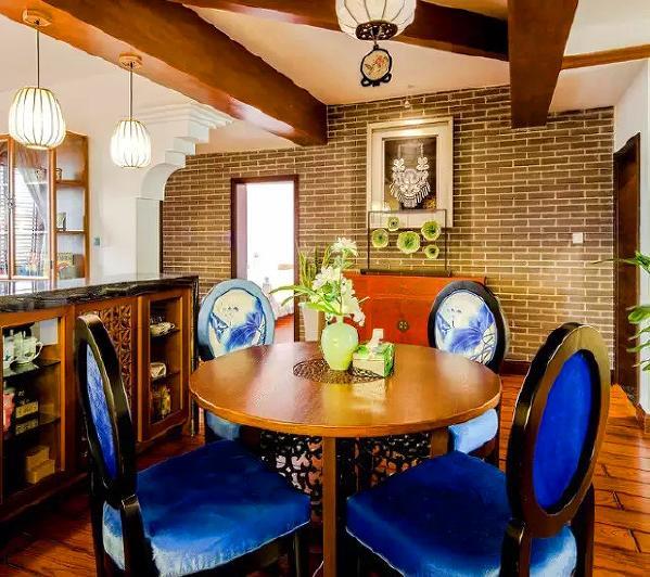 ▲中式典雅的氛围充斥在家里的每一个角落,优雅的蓝色绒布餐椅及椅背上点缀的青花图案,高贵大方