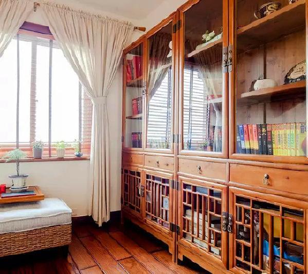 ▲中式折叠扇造型的装饰品挂在书房的墙壁上,既雅致又时尚。
