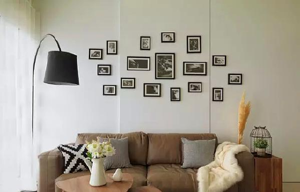 ▲黑色简约造型落地灯具与黑白复古照片墙,共同构建了北欧风安逸清朗的空间感。