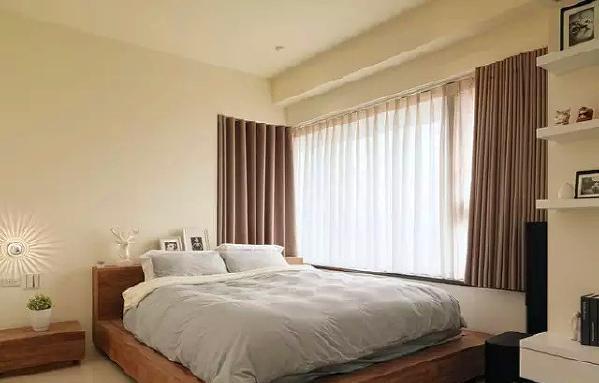 ▲柚木大床在日光照拂中,简约里带有温暖质朴,柚木的质地,独具品味,让睡眠空间充满生活品质。