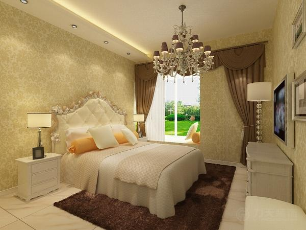 接下来看主卧,主卧的吊顶比较简单,中间是水晶吊灯。卧室通贴壁纸。欧式的床将欧式的风格更加凸显。地面通铺800*800地砖。