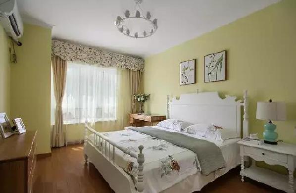 ▲白色木床设计简单,雕花的床柱带着欧式的浪漫、唯美。窗帘帷幔同样用到了碎花元素,清新感爆棚。