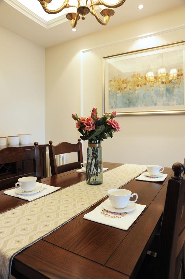 餐厅和客厅风格一致,挂画也呼应客厅的画。
