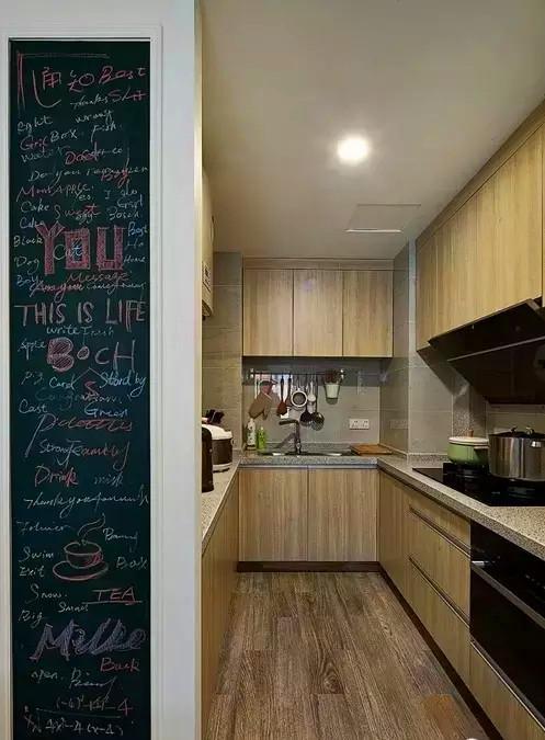 ▲这块能够涂鸦的小黑板是屋主的特别设计,在上面写一些甜言蜜语,增温感情,将来有了宝宝,也可作为随意涂鸦的地方。