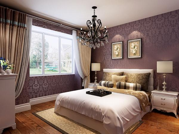 主卧室墙面通铺的紫色反光壁纸,大气中带着一丝神秘感。地面采用木地板,脚感好又实用。整个空间包括顶面都没有造型,更多的是摆放白色的家具,增加储藏功能的同时,也具有美观性。