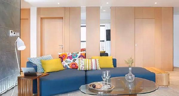 ▲ 半圆形的沙发摆放,不靠墙的设计和边上的侧墙围成了一个空间区域