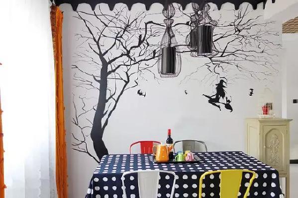 骑着扫把的女巫奔驰在墙壁上,为餐厅注入活力。
