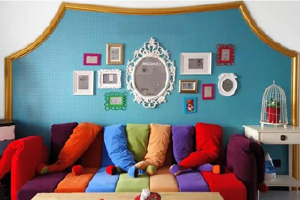 蓝色的背景下,沙发宛如一道彩虹,坐在上面,仿佛整个人都飘起来了~