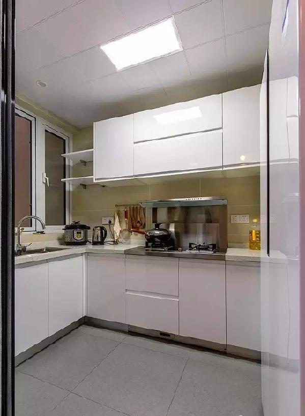 ▲ 白色的橱柜和灰色瓷砖搭配,简洁干净,角落用隔板替代柜体