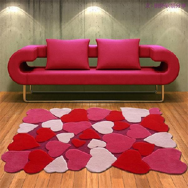 2、颜色、材质的搭配很重要   地毯的大小在整个空间中对色彩有着决定性作用,地毯要与整个家的色彩相呼应。挑选地毯时,先找出家里的主色调,如:家具、抱枕、窗帘来做地毯色彩构成,在这个范围内选择图案、样式。