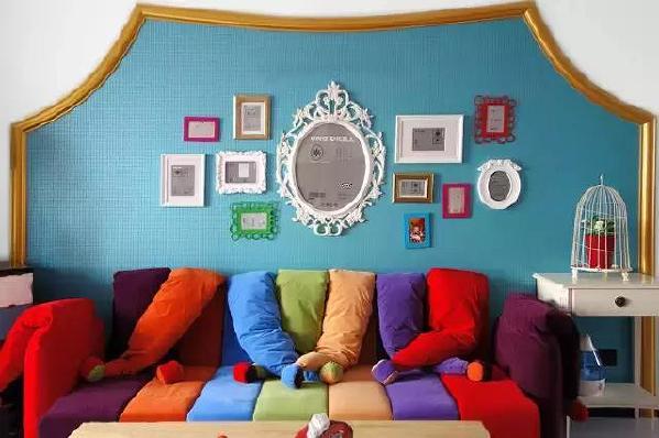 ▲蓝色的背景下,沙发宛如一道彩虹,坐在上面,仿佛整个人都飘起来了~