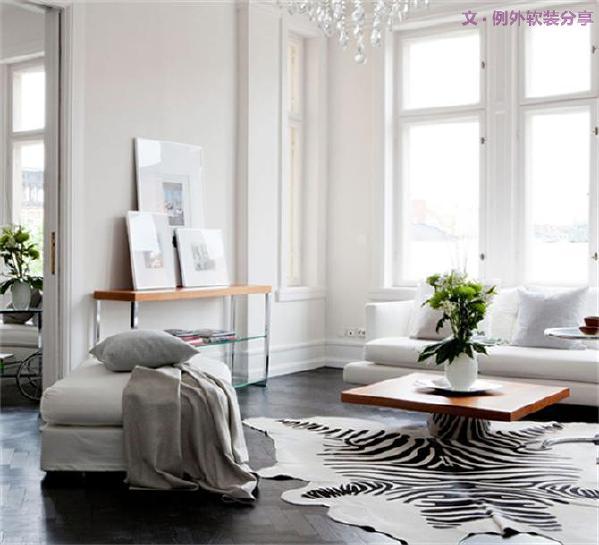 1、巧用高颜值地毯点亮家居空间   纯色、条纹、几何、各种民族风情的花纹图腾、或者用家里漂亮的碎布DIY一块地毯也不是不可以,高颜值地毯往地上一铺,就足够吸引眼球。