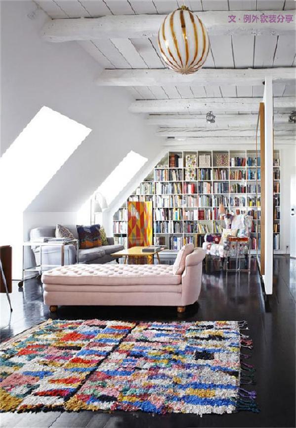 3、地毯拼接,摆出个性空间   地毯同样也可以做拼接、叠加更加灵活有趣。它可以因地制宜改变叠放方式,分开还是可以单独使用,唯一需要注意的是材质和图案的统一性。