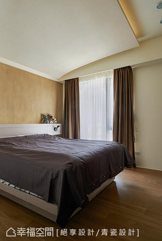 延续圆弧线条美化天花板,让空间达到延展、放大之效;绝享(青瓷)设计特别采用珪藻土铺陈床头壁面,给予屋主健康、环保的休憩空间。