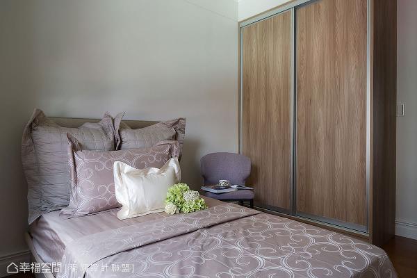 没有过多的材质铺陈,让立面呈现出简约朴质感,围塑舒适放松的氛围。