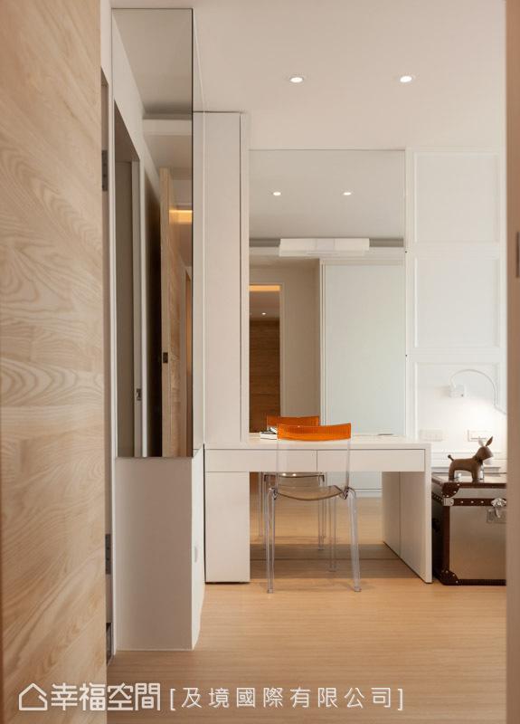 依循屋主的喜好,挑选最适宜的家具与建材,本案空间中就以镜面为题,铺陈在化装桌的立面与侧边的柱体上。