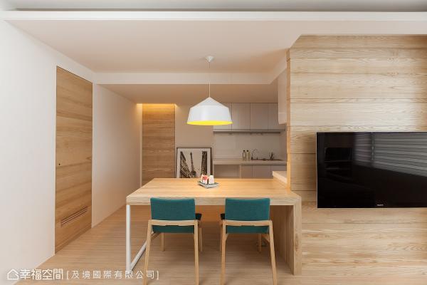 为创造怡然自在的生活场景,设计师许维庭以开放敞朗的形式规划公共场域,并透过机能的整合,将电视墙与餐桌做链接。
