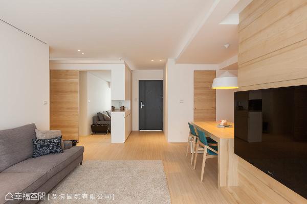 自推开门扉起始,即以无印良品的设计语汇,铺述最原始、舒适的基调,也演绎屋主一家三口的自在生活。