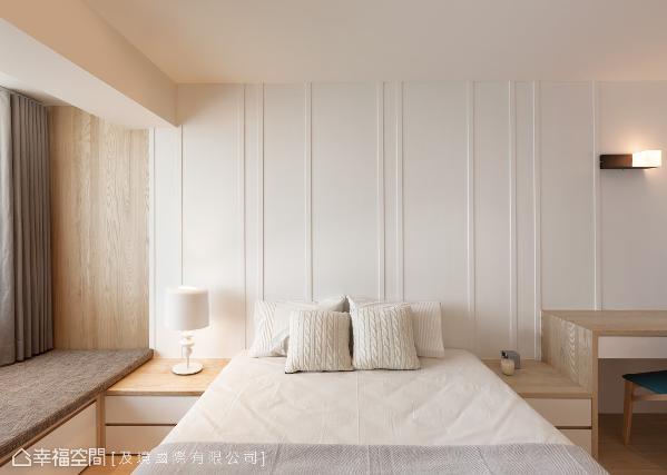 主卧的墙面上,以利落的线条形式,让睡眠空间回归纯净初始,靠窗区则设置一道卧榻,让屋主可以坐卧于此看书与休憩。