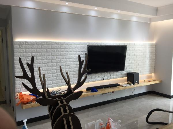 客厅 背景墙采用仿文化砖壁纸造型,线条精致,色彩淡雅,背光灯带有设计感,但它的实用性更强。整个客厅的灯光布局都经过非常科学合理的测算,让灯光在家居中承担更重要的角色。