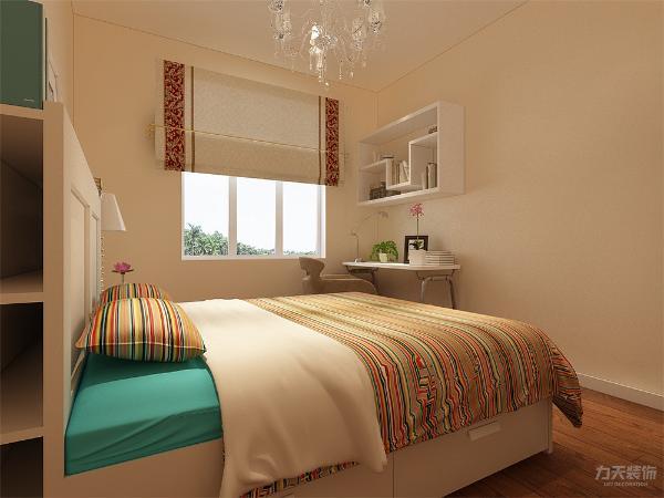 主卧内没有太多的造型,地面为实木复合地板,墙面做白色乳胶漆。