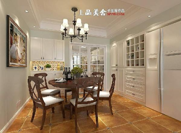 餐厅设计的既实用又美观,冰箱和酒柜放在了一排,采用了嵌入式,这样既不显双门冰箱的大和笨重,又使整个空间很整体。