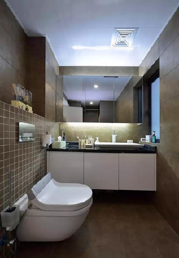 ▲ 主卫使用咖啡色,壁挂设计让空间更整洁
