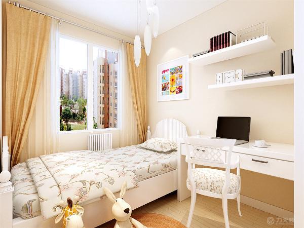 没有过多的造型,儿童房刷淡咖色乳胶漆,背景墙同样以照片做装饰,电脑桌上方和客厅背景墙做一样的隔板,便于储物。