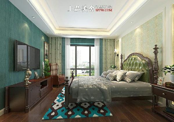 整个主卧以蓝色为主调,蓝色墙纸,蓝色地毯,蓝色加淡绿色小鸟窗帘,灰蓝色碎花床品,延伸了客厅的蓝色墙漆色调。卧室空间比较大,在电视柜旁边摆放了老虎椅子,体现一种轻松的感觉,让人心情愉悦。