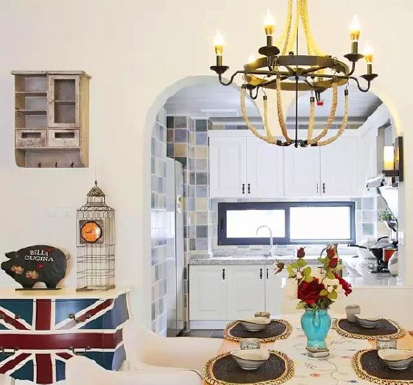 ▲ 餐厅连着客厅,也是卡座设计