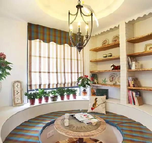 ▲ 客厅沙发背后是一个半开放有特色的休闲区域,圆形卡座,适合三五好友聚会喝茶畅聊