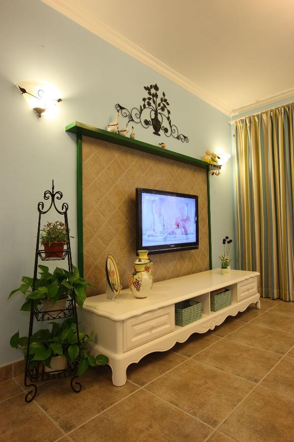 电视背景墙有浓浓的田园氛围,坐在客厅看电视,感受一下回归自然的闲适惬意吧。