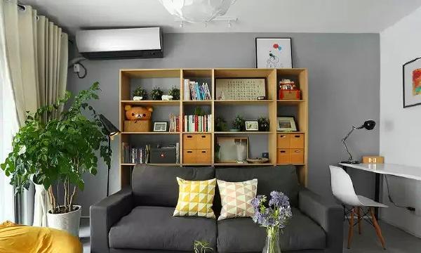 ▲ 书柜作为背景,兼顾功能和美观,用木色接近的暖黄色作为空间提亮