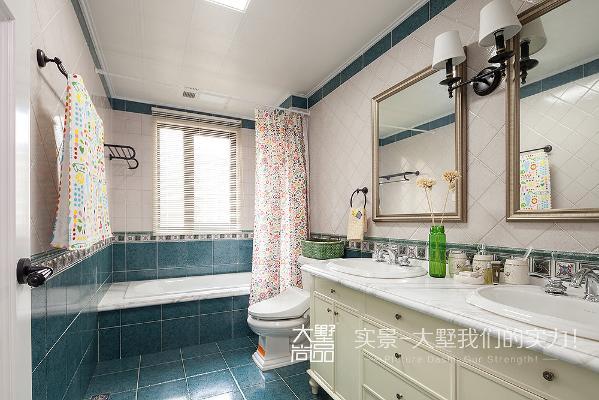 卫生间整体颜色以白色、墨绿色相搭配,增加空间的立体感,完美的体现出美式乡村的感觉。