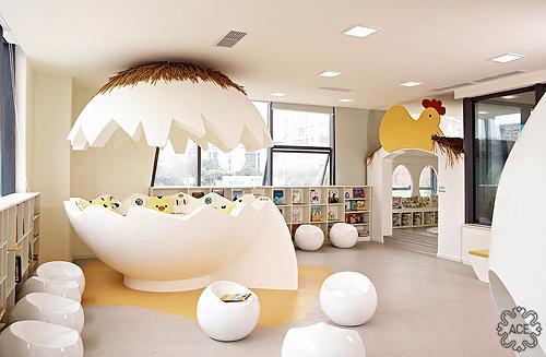 鸡蛋书屋中的大大的蛋壳试听区让孩子可以坐进去听故事,小小的鸡蛋座椅可以让孩子方便随意取阅读书。
