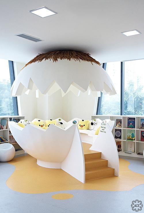 图书陈列区化身成一个头顶蹲着母鸡的鸡窝,可以钻进去摸索玩耍,整个空间充满了童趣,寓教于乐,让孩子在玩耍中学到更多。