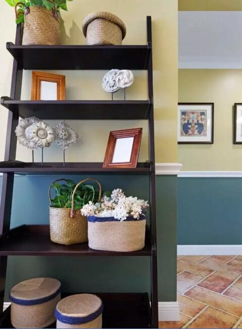 客厅一角的展示架在整个没有多余造型的空间里起到了点睛的作用。