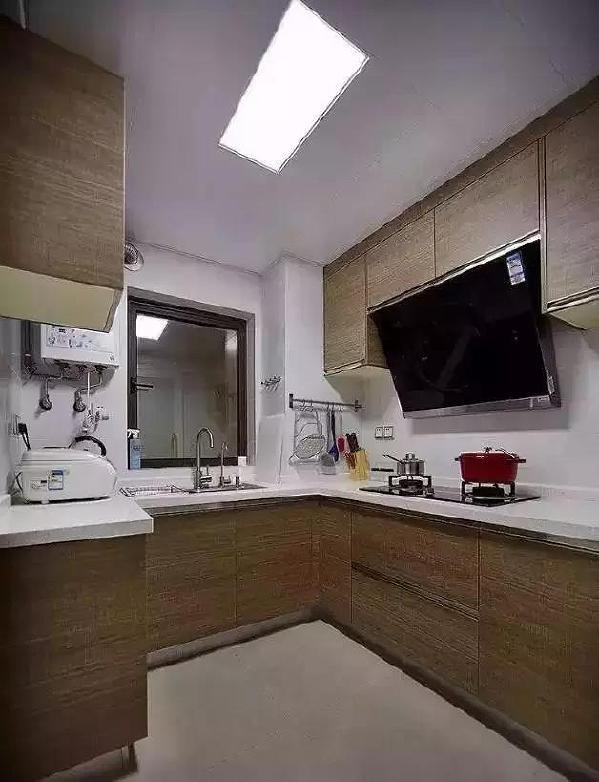 ▲ 依照厨房户型定制的厨柜和壁柜超级实用 隐形拉手使得整个线条干净流畅。