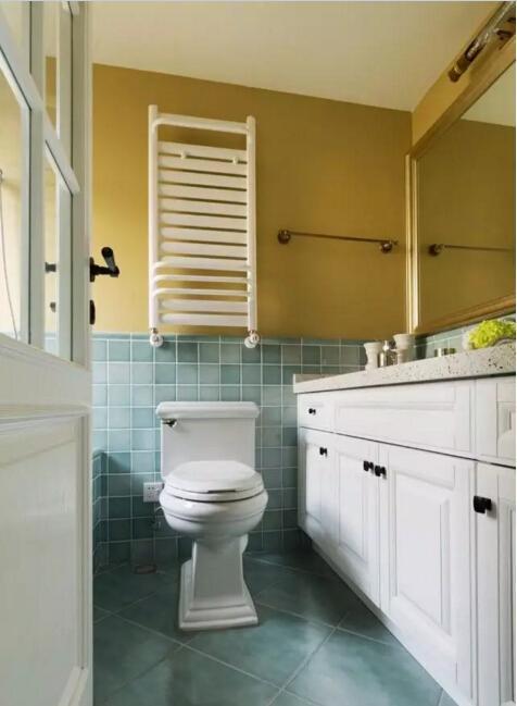 主卫依然是装饰小砖加防水乳胶漆的设计,让整个空间既有节奏又很优雅。