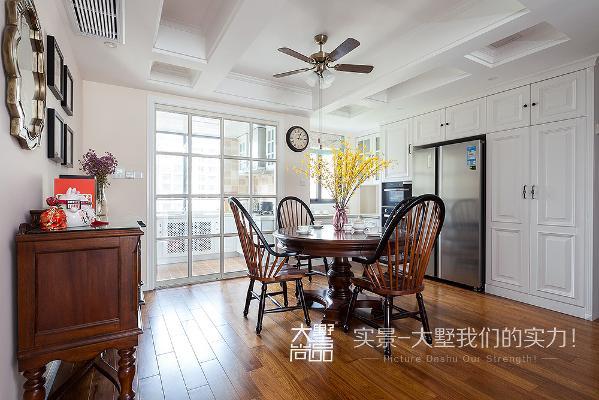 铜艺的风扇吊顶,钢琴餐椅与圆桌完美的结合,让人觉得吃饭都很有品味。
