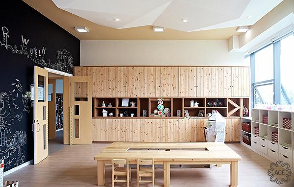 木工房大面积使用了原木墙板及原木假梁,这种秩序和结构的关系对幼小的孩子充满了启发性。