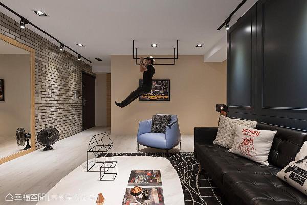 为让屋主能在家健身运动,走廊天花板特别订制利落的黑色单杠,满足平日运动需求,也和整体风格互相搭配。